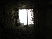 Hissen från insidan med en sikt av himmel- och tegelstenväggarna arkivfoton