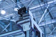 Hissinstallation, elevatortekniker Installing en modern hiss Arkivfoto