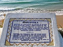 História de Albufeira em Portugal escrito em uma placa foto de stock