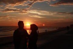 A história de amor atrás do por do sol imagem de stock