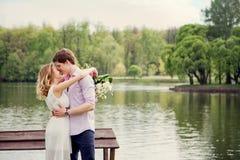 História de amor de um homem novo e de uma mulher na natureza Fotografia de Stock