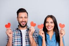 História de amor de pares doces, alegres, positivos, sorrindo na camisa Imagens de Stock Royalty Free