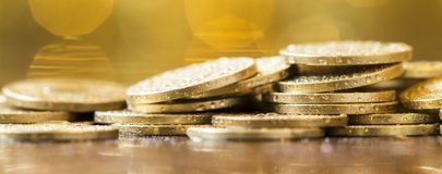 História de sucesso comercial - moedas douradas do dinheiro Imagens de Stock
