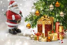 História do Natal: Santa Claus com os presentes perto da árvore de Natal rendição de 3 d Imagens de Stock