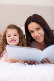Histórias de horas de dormir da leitura da matriz e da filha junto Fotografia de Stock Royalty Free