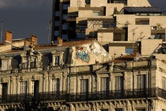 Histórico contra Montpellier moderna, Francia Foto de archivo