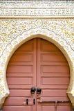 histórico en el estilo antiguo África de Marruecos de la puerta oxidada ilustración del vector