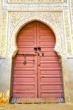 histórico en la madera antigua de África del estilo de Marruecos de la puerta del edificio stock de ilustración