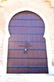 Histórico en la madera antigua de África del estilo de Marruecos de la puerta del edificio ilustración del vector
