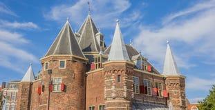Histórico pese a casa no centro de Amsterdão fotografia de stock royalty free