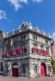 Histórico pese a casa no centro velho de Haarlem imagens de stock