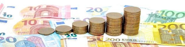 Histogram van muntstukken op de euro achtergrond Concept de muntgroei, besparingen stock afbeeldingen