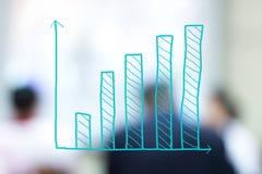 Histogramme de croissance avec les gens d'affaires brouillés Images stock