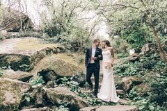 Histoire d'amour, épousant la photo de beaux couples Photos libres de droits