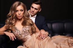 Histoire d'amour beaux couples sexy femme blonde magnifique et homme bel Photographie stock libre de droits