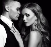 Histoire d'amour beaux couples sexy femme blonde magnifique et homme bel Images libres de droits