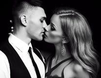 Histoire d'amour beaux couples sexy femme blonde magnifique et homme bel Photographie stock