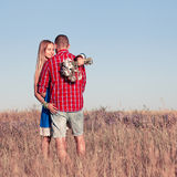 Histoire d'amour Beaux jeunes couples marchant dans le pré, extérieur Photographie stock