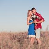 Histoire d'amour Beaux jeunes couples marchant dans le pré, extérieur Image libre de droits