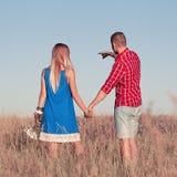Histoire d'amour Beaux jeunes couples marchant dans le pré, extérieur Images libres de droits