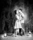 Histoire d'amour, couple romantique de tendresse dans le studio cru Photos libres de droits