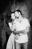 Histoire d'amour, couple romantique de tendresse dans le studio cru Photographie stock