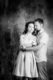 Histoire d'amour, couple romantique de tendresse dans le studio cru Photo stock