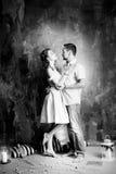 Histoire d'amour, couple romantique de tendresse dans le studio cru Images stock
