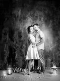 Histoire d'amour, couple romantique de tendresse dans le studio cru Image libre de droits