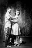 Histoire d'amour, couple romantique de tendresse dans le studio cru Image stock