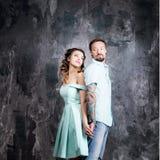 Histoire d'amour, couple romantique de tendresse dans le studio Vintage, rétro style Images stock