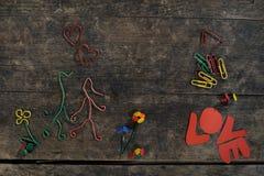 Histoire d'amour créative, couple dans l'amour fait à partir du pape Photo stock