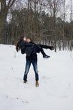 Histoire d'amour d'hiver entre un homme et une femme Image stock