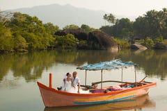 Histoire d'amour dans le bateau en bois Photo libre de droits