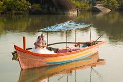 Histoire d'amour dans le bateau en bois Image stock