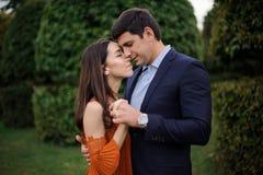 Histoire d'amour de beaux, élégants et jeunes couples Image stock