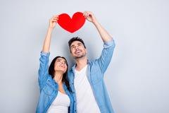 Histoire d'amour de beaux beaux couples de caucasion dans l'équipement occasionnel Images libres de droits