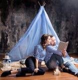 Histoire d'amour de couples de marin, livre de lecture ensemble Dans le studio Photographie stock