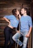 Histoire d'amour de couples de marins sur le fond en bois rapport Image libre de droits