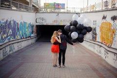 Histoire d'amour de jeunes couples sur le fond du graffiti Photos libres de droits