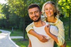 Histoire d'amour en parc Images libres de droits