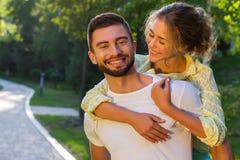 Histoire d'amour en parc d'été Photographie stock libre de droits