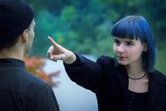 Histoire d'amour gothique de couples Homme et fille bleue de cheveux aux vêtements noirs au fond de la rivière Green Image libre de droits