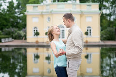 Histoire d'amour, jeune couple Relations Romance extérieur Photographie stock libre de droits