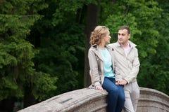 Histoire d'amour, jeune couple Relations Romance extérieur Image stock
