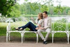 Histoire d'amour, jeune couple sur le banc Relations Romance Images stock