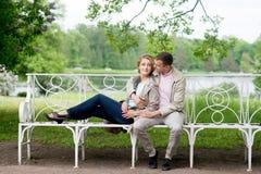 Histoire d'amour, jeune couple sur le banc Relations Romance Photographie stock libre de droits