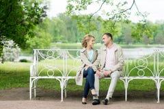 Histoire d'amour, jeune couple sur le banc Relations Romance Photos stock