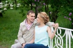 Histoire d'amour, jeune couple sur le banc Relations Romance Images libres de droits