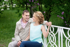 Histoire d'amour, jeune couple sur le banc Relations Romance Photos libres de droits